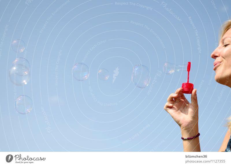 Sommer-Feeling Mensch feminin Junge Frau Jugendliche Erwachsene Gesicht Hand 1 18-30 Jahre Spielzeug Seifenblase Blase beobachten fliegen Spielen träumen