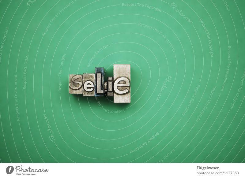 Der Tod der Fotografie grün Metall Buchstaben Fotokamera selbstbewußt Bleistift Fotografieren Selbstportrait eitel egoistisch Fotostudio Ego Selfie