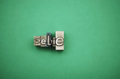 Der Tod der Fotografie Metall grün Bleistift Bleisatzkasten Buchstaben Selfie Fotokamera Fotografieren Fotostudio Selbstportrait eitel egoistisch Ego