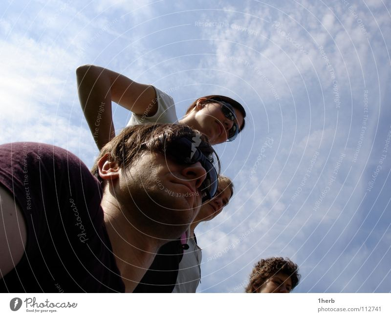 Lauschstarre Himmel Menschengruppe Wachsamkeit Sonnenbrille