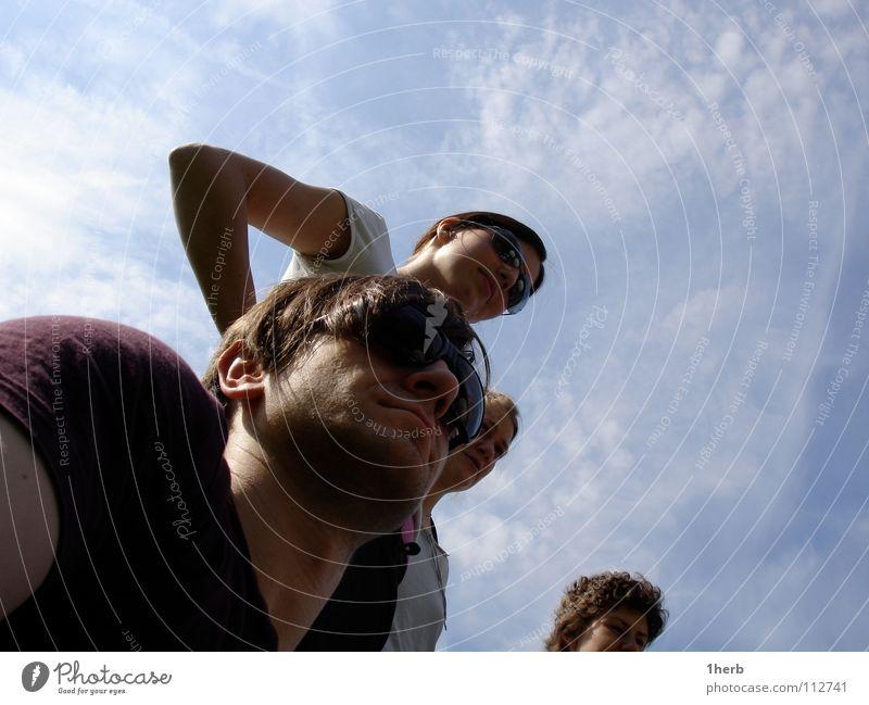 Lauschstarre Sonnenbrille Froschperspektive Wachsamkeit Blick Menschengruppe Himmel MenschenCool Außenaufnahme
