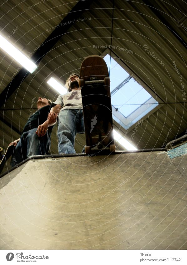 Rollhelden Skateboarding Halfpipe stehen Funsport Freude Rolle Hall Lagerhalle