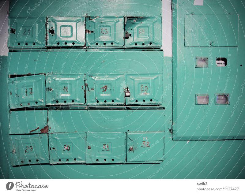 Moldawische Briefkästen alt Wand Metall Ordnung trist einfach kaputt Neigung Ziffern & Zahlen dünn türkis eckig Wiederholung Blech Briefkasten Schaden