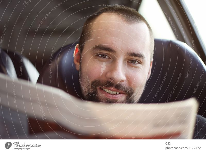 good news! Junger Mann Jugendliche Erwachsene Kopf 18-30 Jahre Personenverkehr Bahnfahren S-Bahn brünett kurzhaarig Bart Zeitung Lächeln lachen lesen