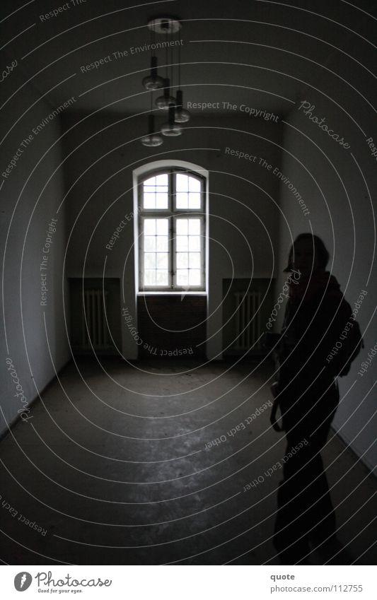 Stillleben ohne Strom Fenster Elektrizität Lampe dunkel zentral Silhouette schwarz weiß Licht stilllegen trist geheimnisvoll leer verfallen Mitte Schatten