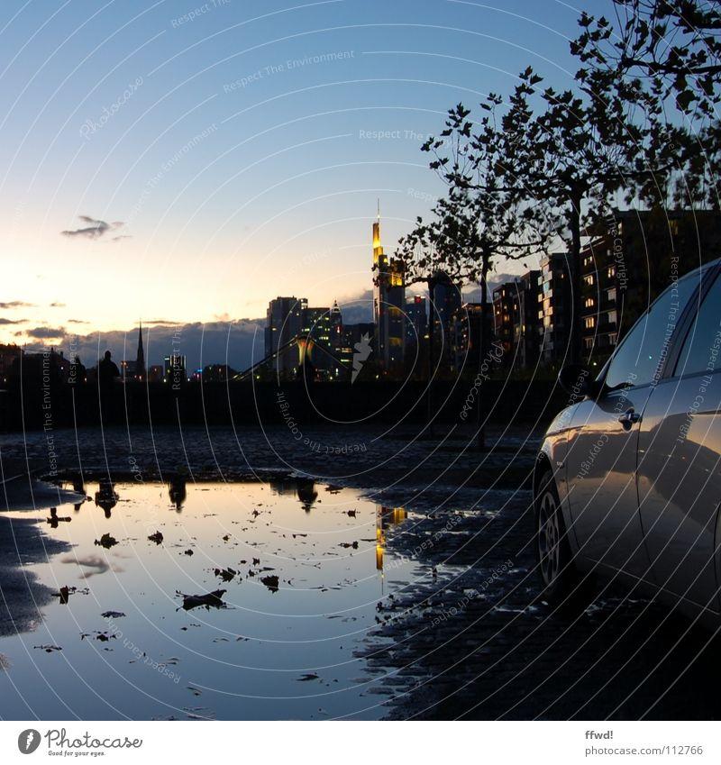 shores of mainhatten Dämmerung Stadt Hochhaus Frankfurt am Main Pfütze Reflexion & Spiegelung Licht Beleuchtung Silhouette KFZ PKW Parkplatz Langzeitbelichtung