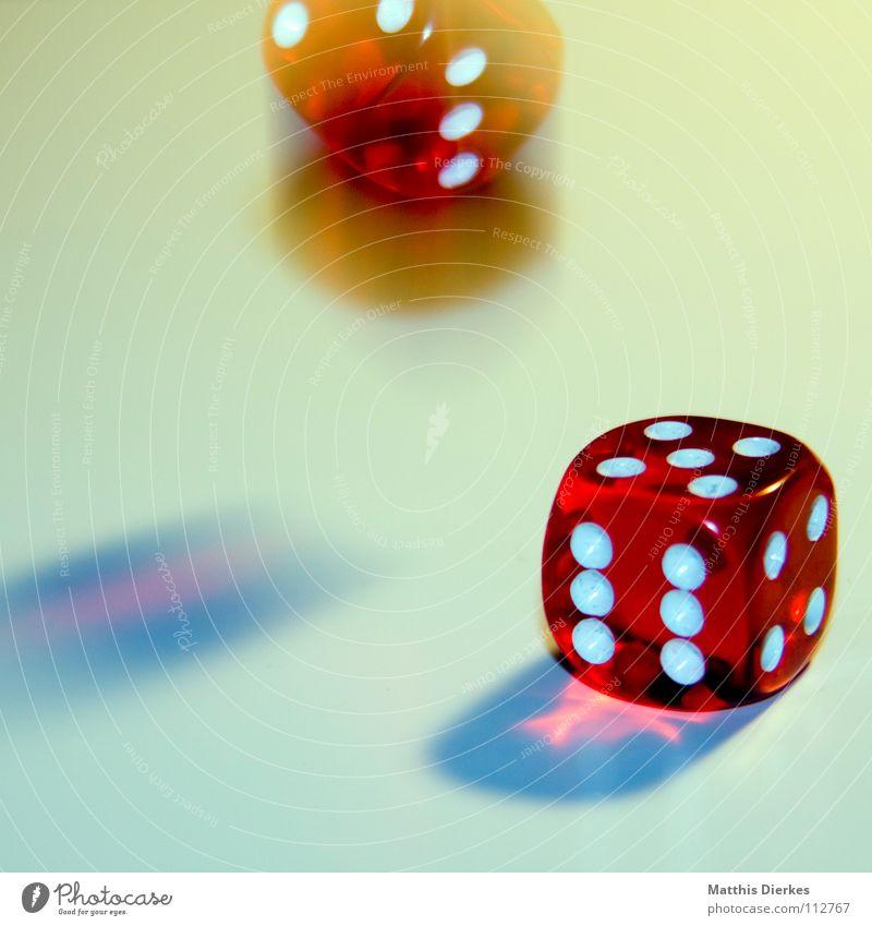 Rolling Dice II Spielen Glücksspiel würfeln Poker ungesetzlich Freude Gesellschaftsspiele Duell Hand Finger Daumen Kartenspiel Würfelspiel Kapitalwirtschaft