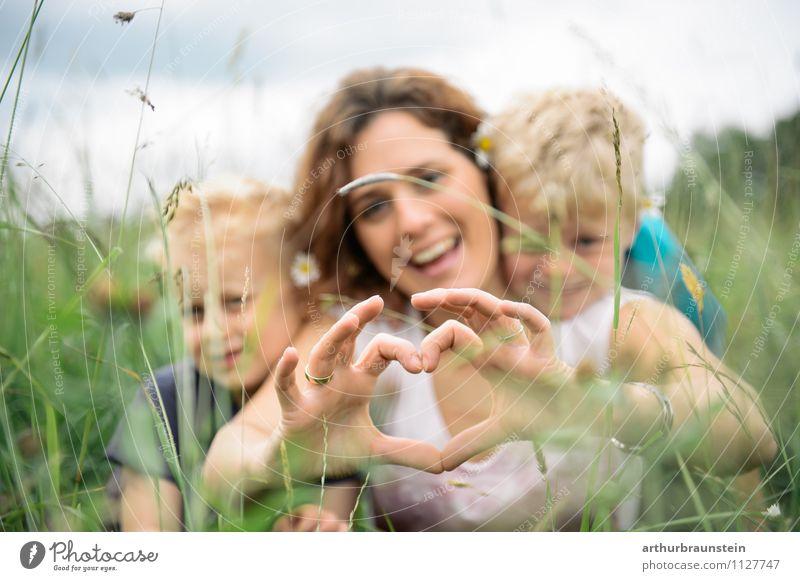 Junge Mutter formt Herz mit ihren Kindern im hohen Gras Freude Freizeit & Hobby Spielen Ausflug Freiheit Garten Muttertag Vatertag Kindererziehung Mensch