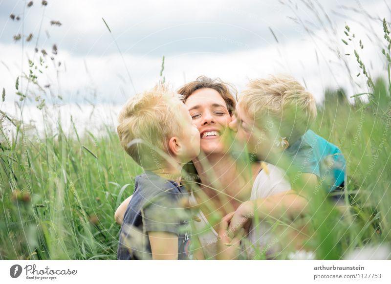 Kinder küssen ihre geliebte lächelnde Mama im hohen Gras Glück Freizeit & Hobby Ferien & Urlaub & Reisen Ausflug Sommer Muttertag Mensch maskulin feminin Junge