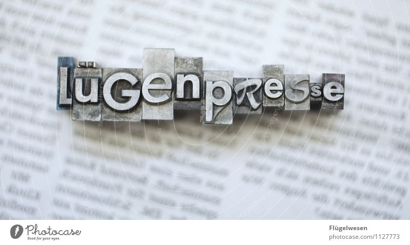 hat kurze Beine Lifestyle Bildung Medienbranche Werbebranche Printmedien Neue Medien Zeitung Zeitschrift lesen Lügenpresse Presse Journalismus Journalist