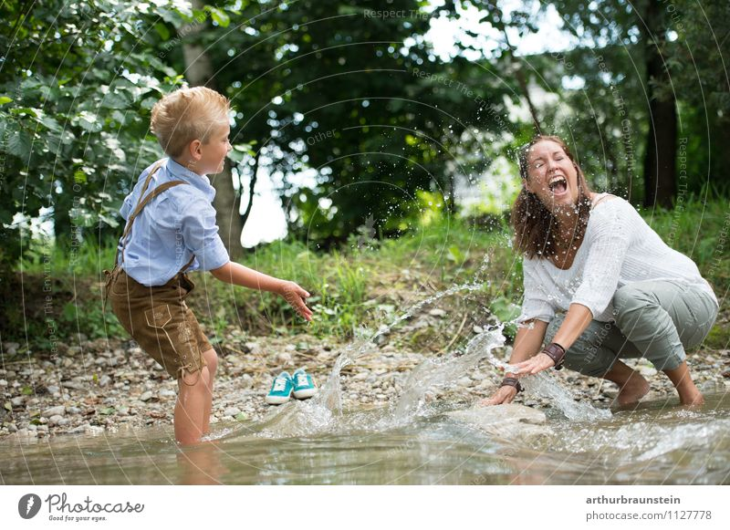Spaß am Fluß mit Mama Mensch Frau Kind Natur Ferien & Urlaub & Reisen Jugendliche Sommer Wasser Junge Frau Freude Erwachsene feminin lachen Familie & Verwandtschaft Mode maskulin