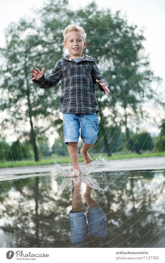 Wasserspiele Mensch Kind Natur Sommer Baum Freude Wald Leben Junge Spielen Gesundheit Garten springen Park maskulin