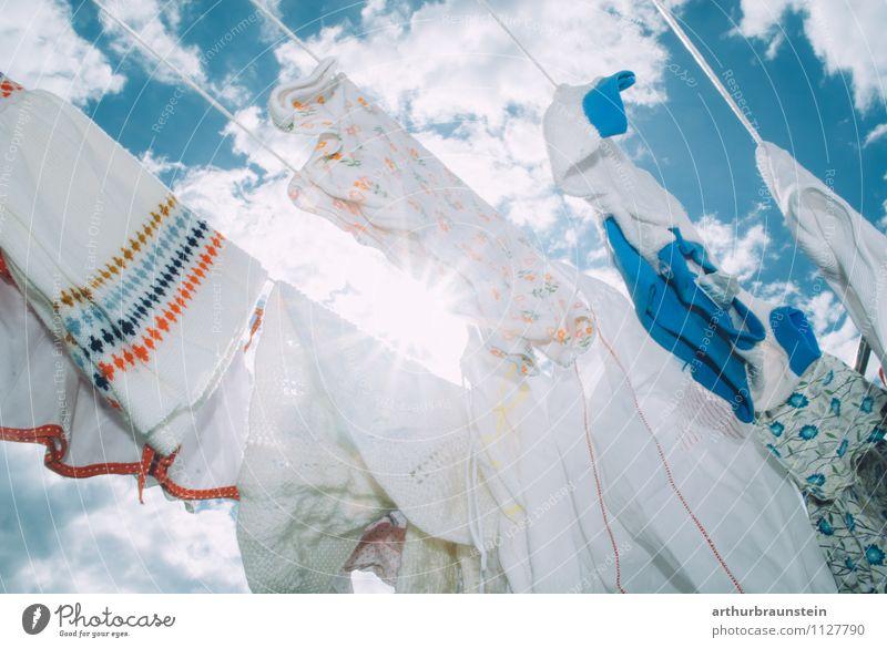 Wäsche im Freien Sommer Sonne Garten Himmel Wolken Bekleidung Hose Kleid Jacke Linie frisch weiß rein aufhängen gewaschen Dinge Haushaltsführung