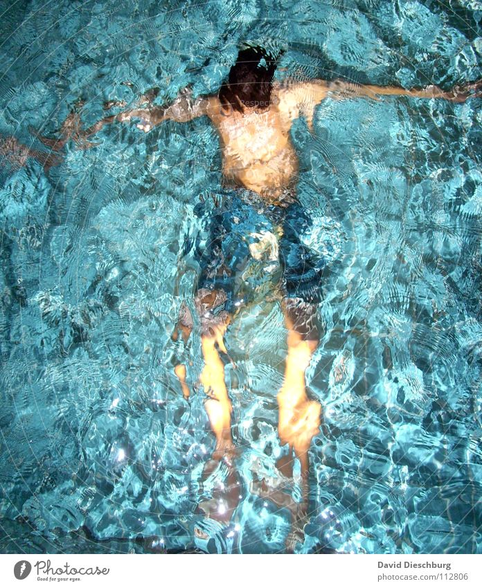 Der gut beleuchtete Hampelmann Jugendliche Wasser ruhig Erwachsene Erholung Leben Beine Beleuchtung Schwimmen & Baden Körper Arme Freizeit & Hobby einzeln