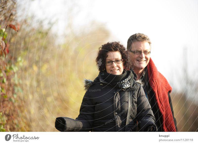 gemeinsam glücklich Mensch Frau Natur Mann weiß Sonne rot Blatt Winter schwarz Erwachsene Umwelt Leben Herbst feminin Glück
