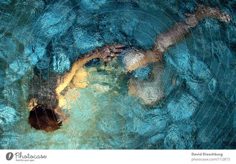 krasse, nasse Haare Jugendliche Wasser ruhig Erwachsene Erholung Leben Beine Schwimmen & Baden Arme einzeln Schwimmbad Wellness tauchen türkis bizarr Badehose