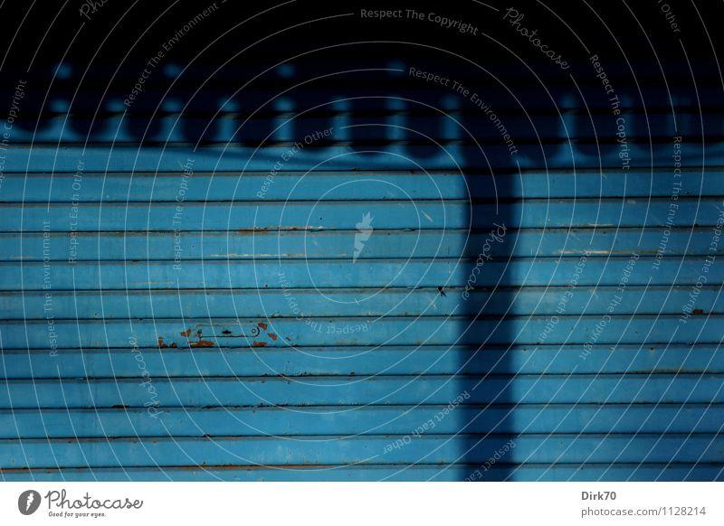Schattenspiel Stadt blau Einsamkeit Haus schwarz kalt Wand Frühling Gebäude Mauer Holz grau Linie Arbeit & Erwerbstätigkeit Idylle einfach