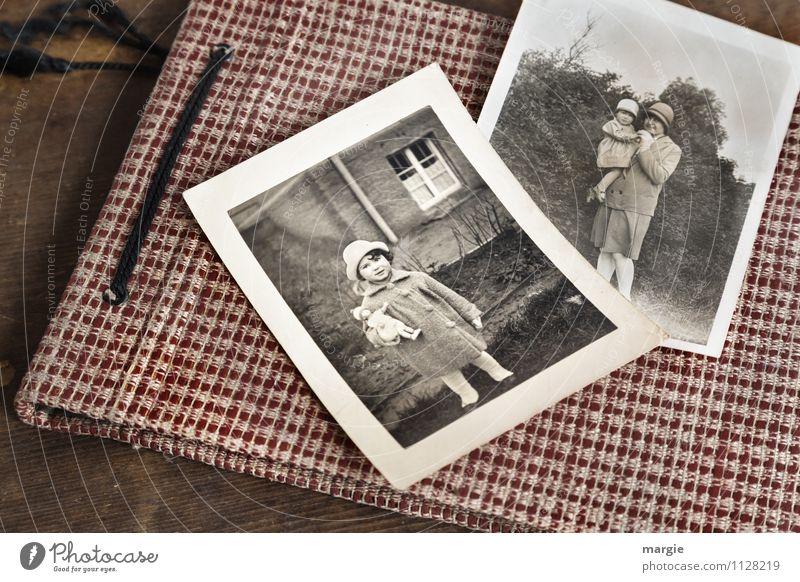 Fotoalbum mit alten Fotos, Kind mit Puppe, Mutter mit Kind auf dem Arm, beide tragen Hüte Mensch feminin Kleinkind Mädchen Junge Frau Jugendliche Erwachsene