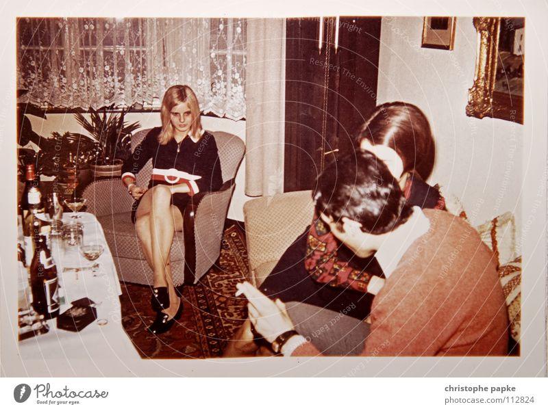 Gelangweilt Frau Siebziger Jahre retro Sessel Teppich Biedermeier Spießer blond Schuhe Wohnzimmer Bierflasche Langeweile Menschengruppe 1970 Hippie Scan