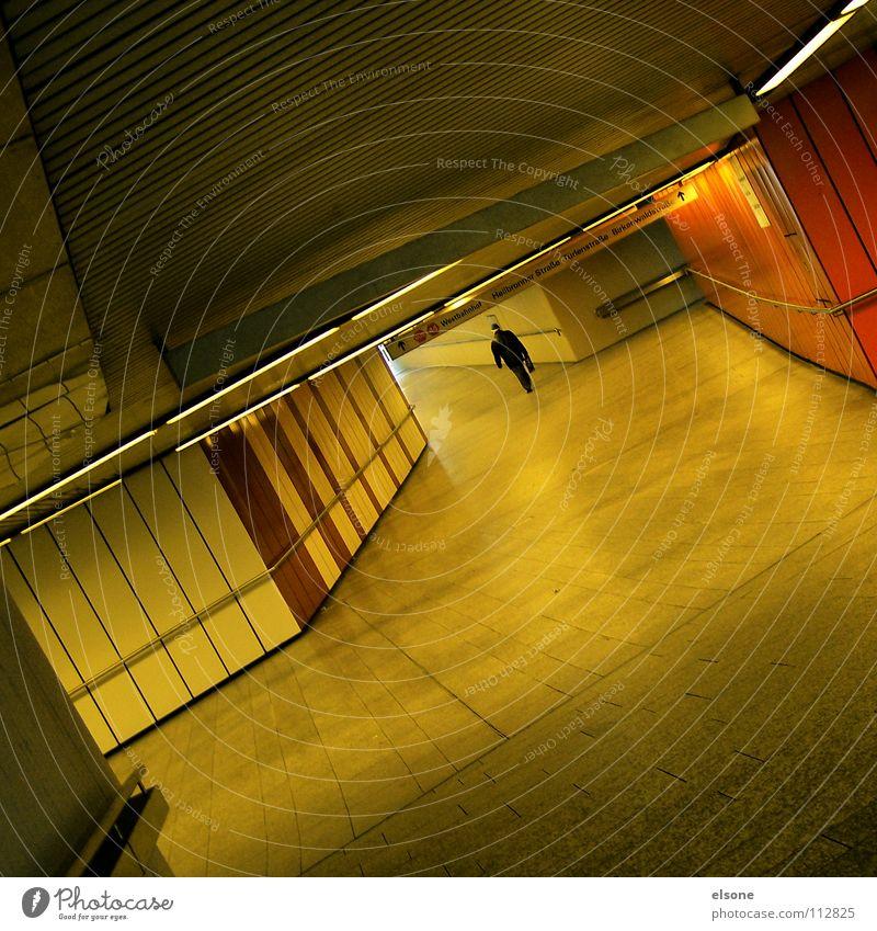 ::LONELY:: Einsamkeit vergessen spät Eisenbahn S-Bahn U-Bahn Schacht Tunnel Fußgängerunterführung Mann schwarz Ferne Anzug Tasche Eile Geschwindigkeit