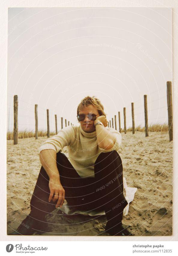 So war das damals Mensch Mann Jugendliche Ferien & Urlaub & Reisen Sommer Meer Einsamkeit Wolken Strand Erholung Erwachsene grau Sand Denken sitzen