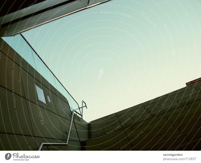 schräge alsterpunschfahrt Himmel blau Sommer Winter Einsamkeit dunkel Luft hell Raum Glas Schilder & Markierungen fliegen Beton Treppe modern