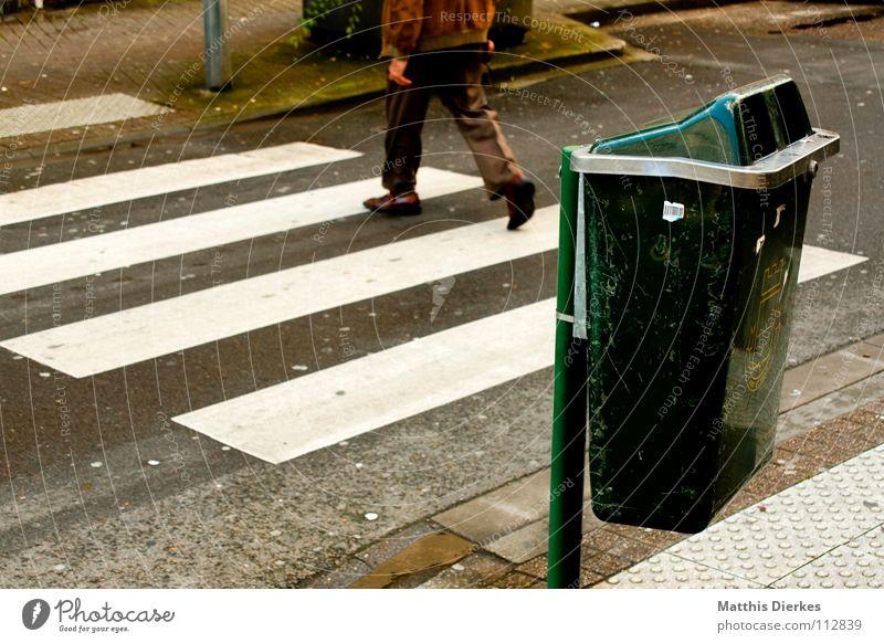 Abbey Road Mann Stadt Einsamkeit Straße gehen dreckig warten Schilder & Markierungen Verkehr nass Spaziergang Pause Reinigen Vergänglichkeit Trauer stoppen