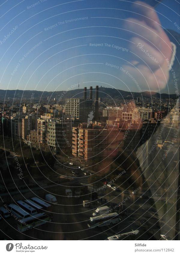 Stadtmensch Hand Himmel Stadt Straße Hochhaus Fabrik Spiegel Schweben Doppelbelichtung Barcelona Spanien