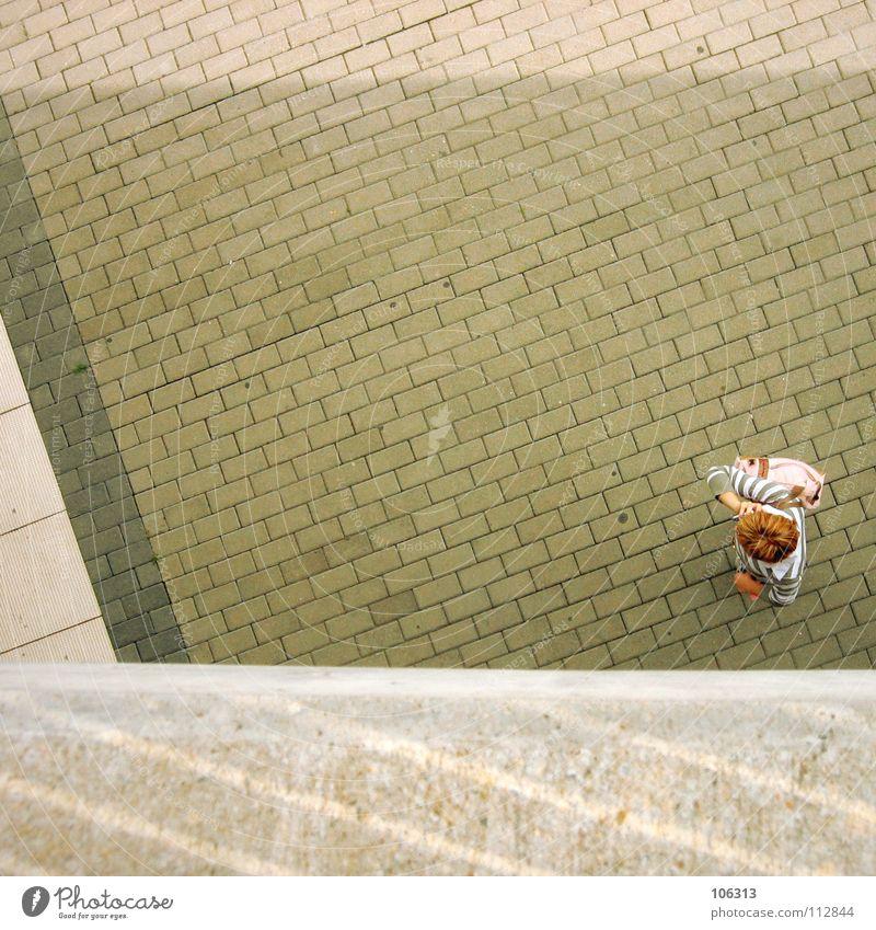 LIVE LIKE SUNDAY Mensch Ferien & Urlaub & Reisen Stadt Sommer weiß rot Einsamkeit gelb Wärme Straße Graffiti Wege & Pfade Denken Haare & Frisuren Stein oben