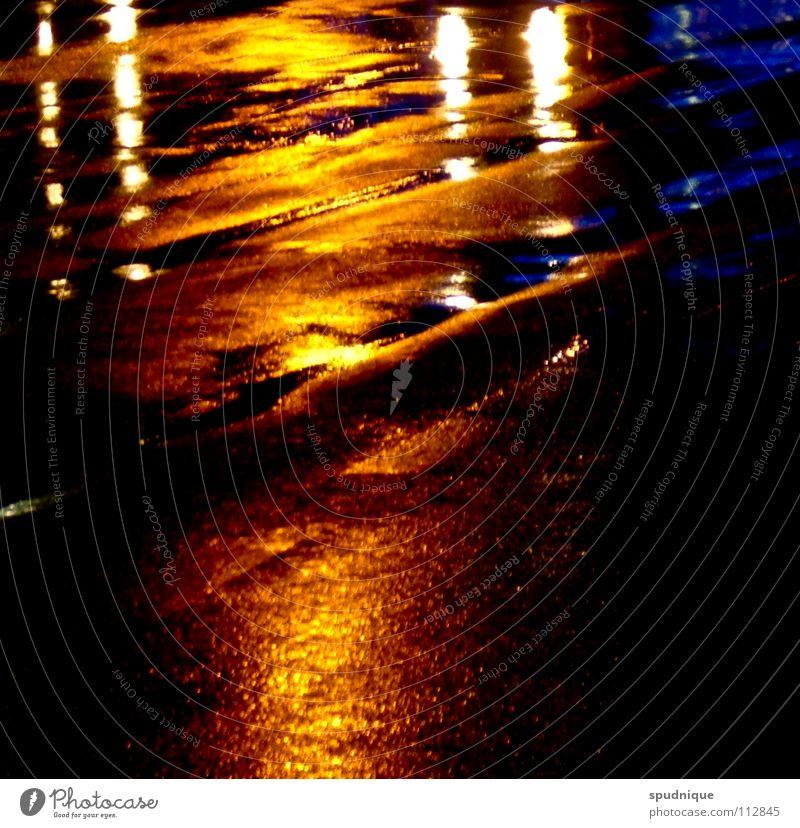 Abendrot Licht Reflexion & Spiegelung Nacht Pfütze kalt schwarz Oberfläche Asphalt ruhig Einsamkeit Verkehrswege Herbst schön Straße Regen Wasser blau orange