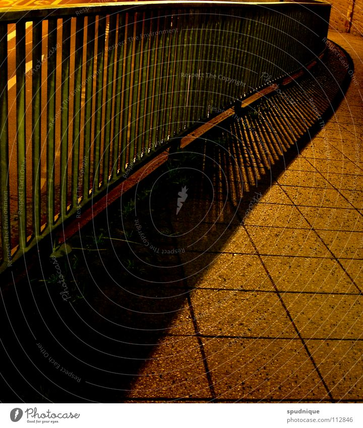 swing Nacht Stadt Einsamkeit Fußgänger Bürgersteig Verkehrswege schön Herbst Geländer Schatten Strukturen & Formen Linie Perspektive Wege & Pfade Straße