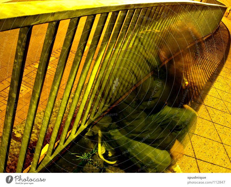 deplatziert Jugendliche Stadt Straße kalt Herbst Wärme Pause Rauchen Bürgersteig Verkehrswege Geländer hocken ducken durchscheinend