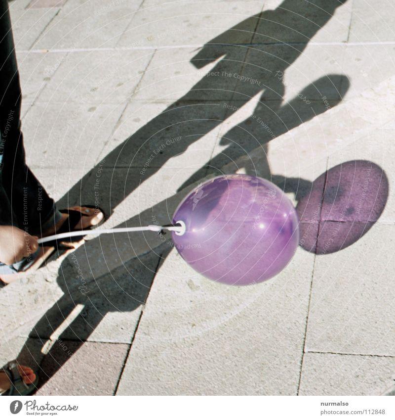 Luftballon Nr. 101 Helium Spielzeug durchsichtig Kind Kinderhand violett Jahrmarkt Spielen Knall laut schön Freude Sommer mehrfarbig Druck Schatten knallen