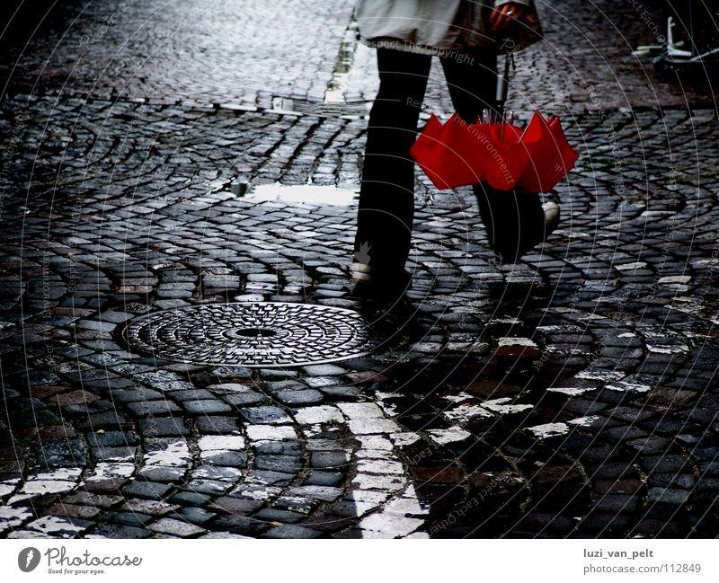 ... nach dem Regen Frau Stadt rot Straße dunkel gehen nass Spaziergang Regenschirm Verkehrswege Kopfsteinpflaster Glätte Pflastersteine