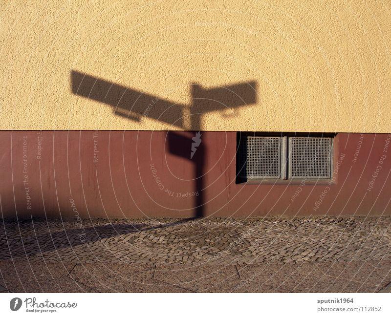 Schattenschild Straße Wand braun Architektur Schilder & Markierungen Ecke Kellerfenster