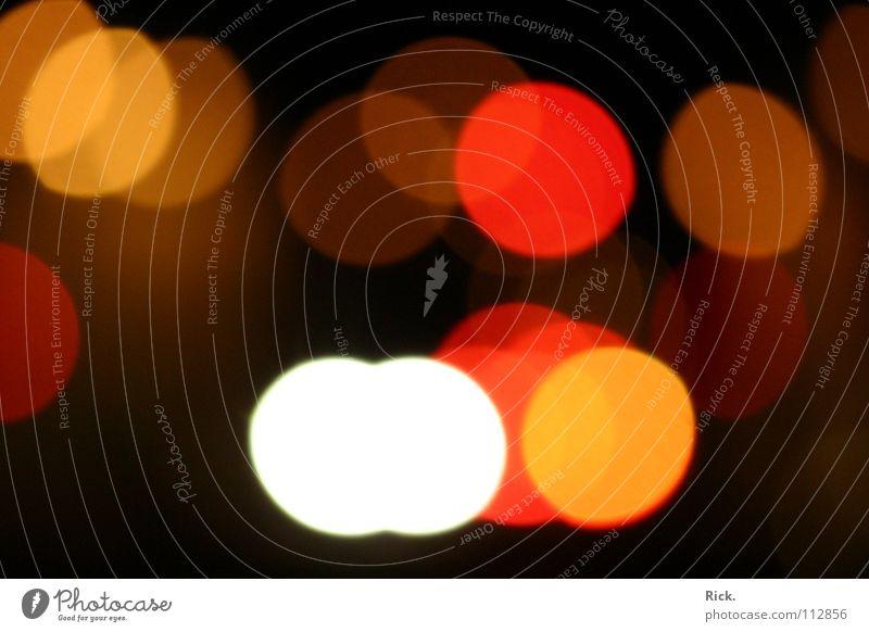 .Trunkenheit Licht rot schwarz rund Kreis Verkehr dunkel Ladengeschäft blenden Unschärfe Alkoholisiert Ferne Fahrzeug Spirituosen Konzentration red black round