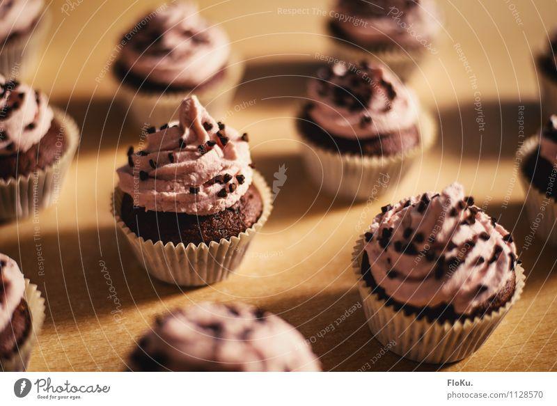 kleine Küchlein Lebensmittel Teigwaren Backwaren Kuchen Dessert Ernährung Kaffeetrinken Küche lecker süß Cupcake Muffin Schokolade Schokoladenstreusel Sahne