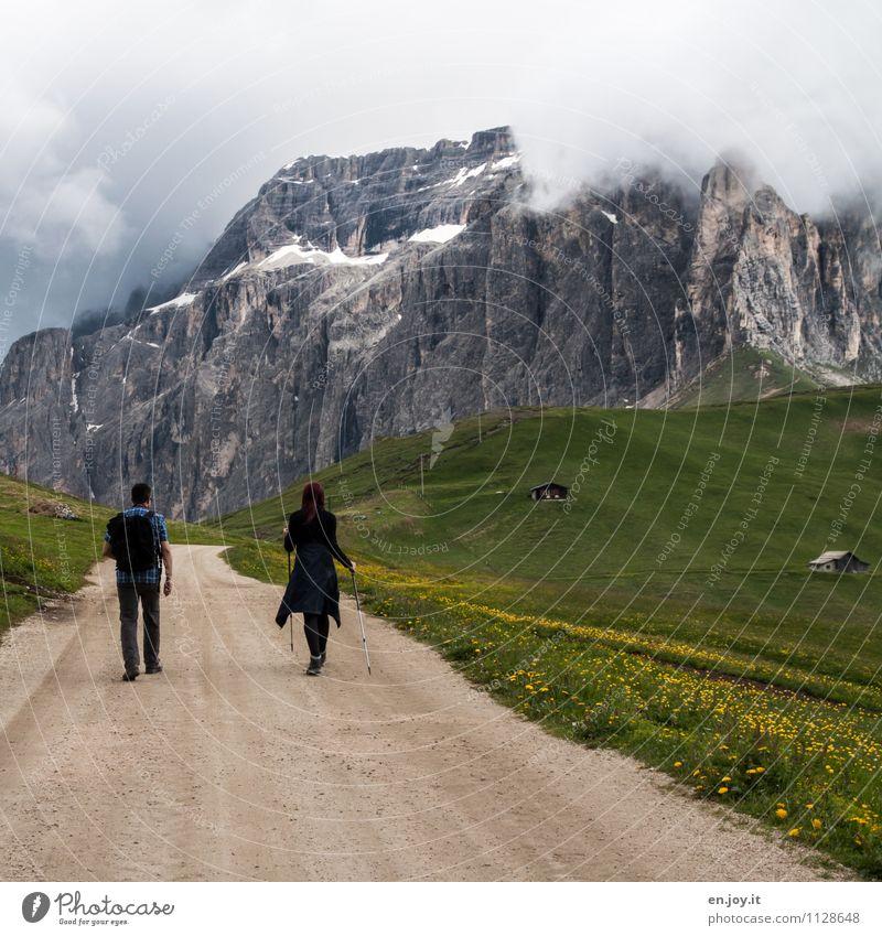 auf Schusters Rappen Mensch Frau Natur Ferien & Urlaub & Reisen Jugendliche Mann Sommer Junge Frau Landschaft Berge u. Gebirge Erwachsene Frühling Wiese