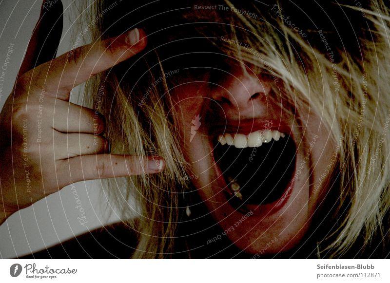 Laut. schreien Rockmusik laut Finger Zottel durcheinander blond Wut Ärger Gefühle verrückt Punkrock Glitzerstein Schatten Zähne aufreißen außergewöhnlich