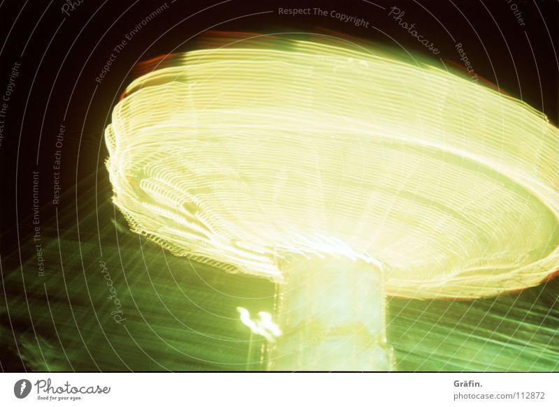 es dreht sich Freude dunkel Lampe Geschwindigkeit festhalten drehen Jahrmarkt Kette erleuchten Dom Glühbirne Karussell Verwirbelung Nervenkitzel Kettenkarussell Lichtstreifen