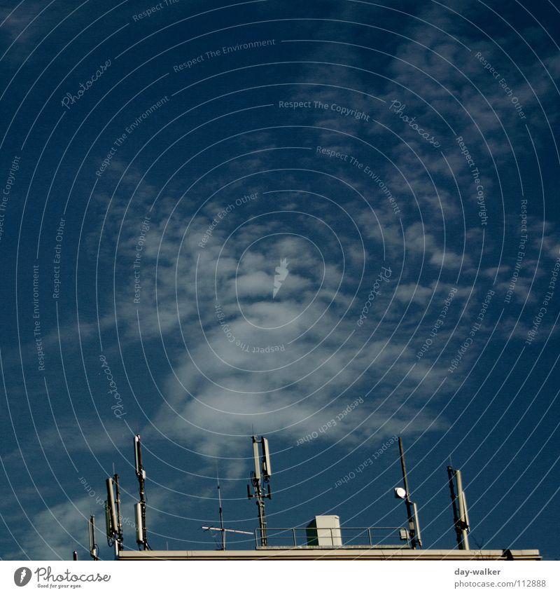 Die Hand Gottes Himmel blau Wolken Haus Farbe braun planen Dach Antenne Reaktionen u. Effekte Täuschung Erscheinung Eindruck Signal Telekommunikation Sender