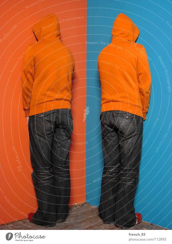 trying to fit in Mensch Mann Jugendliche blau Farbe Wand grau Mauer See Linie orange Schuhe maskulin Beton Perspektive Bekleidung
