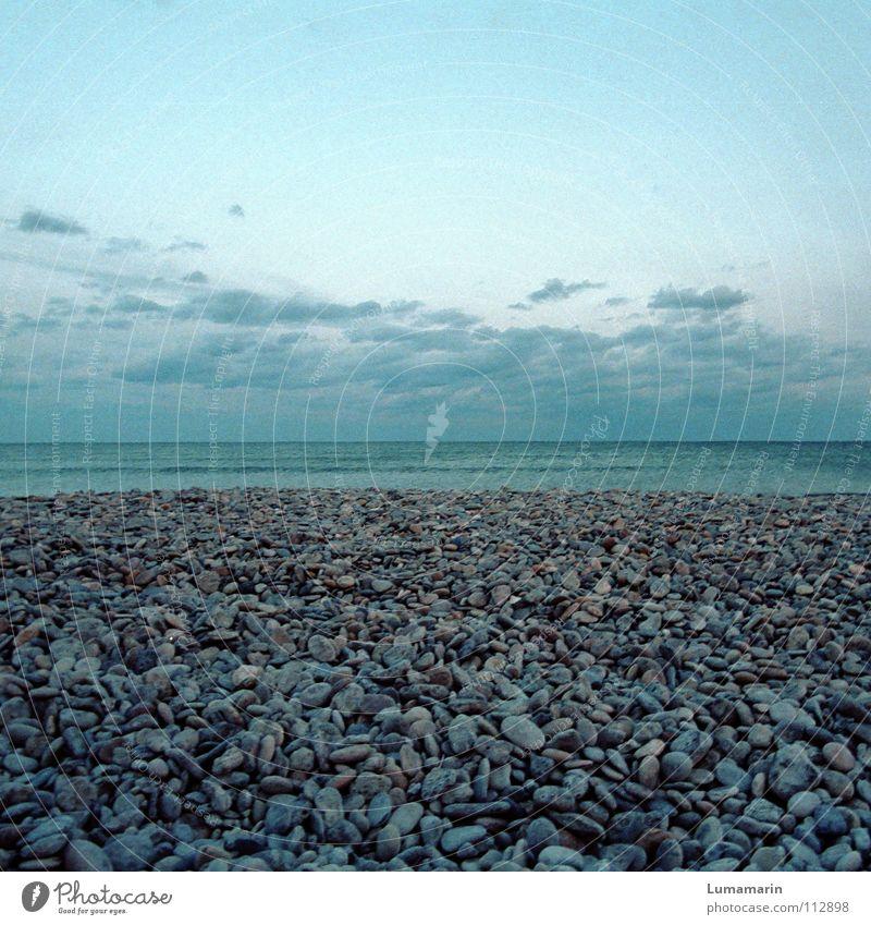 Steinzeit ruhig Strand Meer Luft Wasser Himmel Wolken Horizont Küste Sammlung Streifen warten Unendlichkeit kalt blau grau geduldig Ausdauer Einsamkeit Ewigkeit