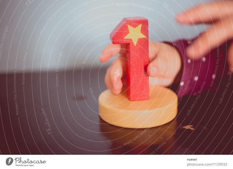 1.0 Mensch Kind Hand rot Freude Leben Holz Glück Feste & Feiern Wachstum Kindheit Geburtstag Beginn Baby Stern (Symbol) berühren