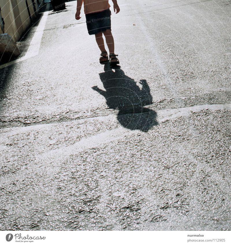 Morgenspaziergang Gegenlicht Asphalt Bürgersteig Einsamkeit Wunsch gegen Gasse Geborgenheit Freude Spielen Sommer Schatten laufen Wege & Pfade Straße Angst