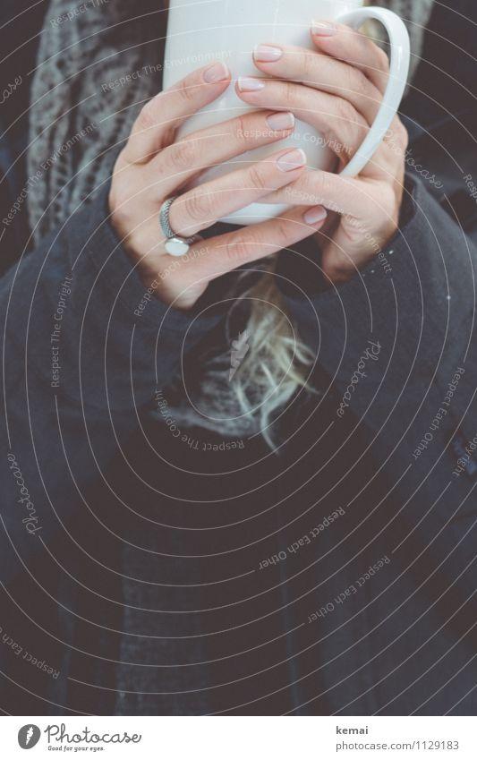 Warme Getränk Tasse Winter Mensch feminin Frau Erwachsene Leben Hand Finger 1 Mantel Schal Ring blond langhaarig festhalten ästhetisch schön grau weiß