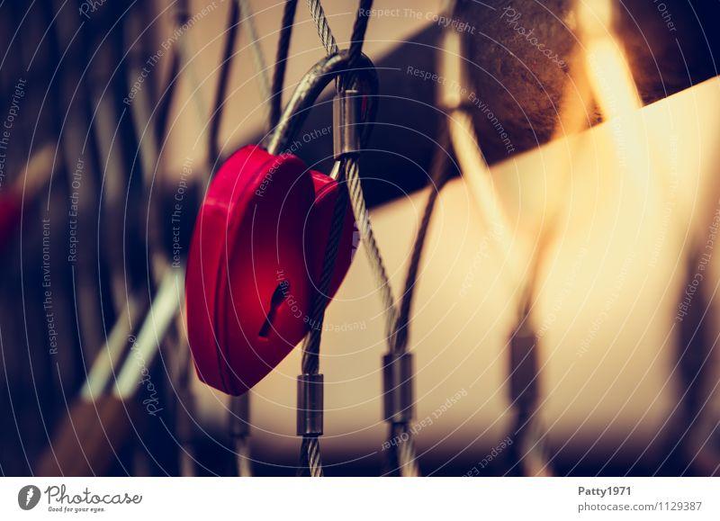 Liebesschloss rot Metall Lifestyle Zusammensein Freundschaft Herz Brücke Romantik Kitsch hängen Treue Sympathie herzförmig Liebesbekundung Vorhängeschloss
