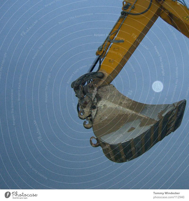 Catch the moon Himmel gelb Metall Nachthimmel außergewöhnlich Stahl Mond skurril Fahrzeug heben Bagger Schaufel Lichtpunkt Fluchtpunkt Lichtfleck Baumaschine
