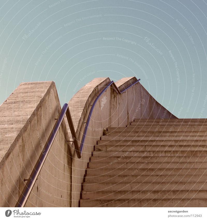 zickzacktreppe Beton Stahl Himmel Menschenleer Sommer ruhig Erholung Einsamkeit Zickzack unregelmäßig Raum Park Sicherheit massiv Kunst Aktien modern Treppe