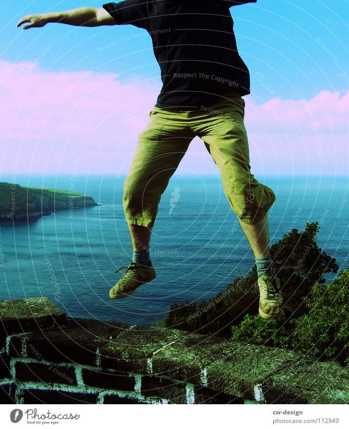 mein herz tanzt springen hüpfen Verliebtheit maskulin Mann Mauer Meer Shorts Freude singen kopflos Horizont Ausland Aussicht träumen Ausgelassenheit Blühend